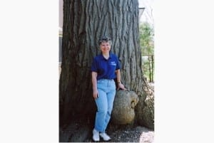 Edith George stands next to the trunk the grand red oak of Weston in 2006. Source: May 16, 2015 Toronto Star article, referred to at the post you are now reading.
